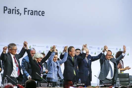 Au moment de l'adoption de l'accord final dans la salle plénière de la COP21 du Bourget, samedi 12décembre 2015.