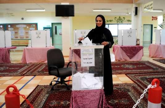 Le taux de participation des femmes aux premières élections ouvertes aux candidates et électrices en Arabie saoudite a atteint près de 80 % dans certains bureaux de vote.
