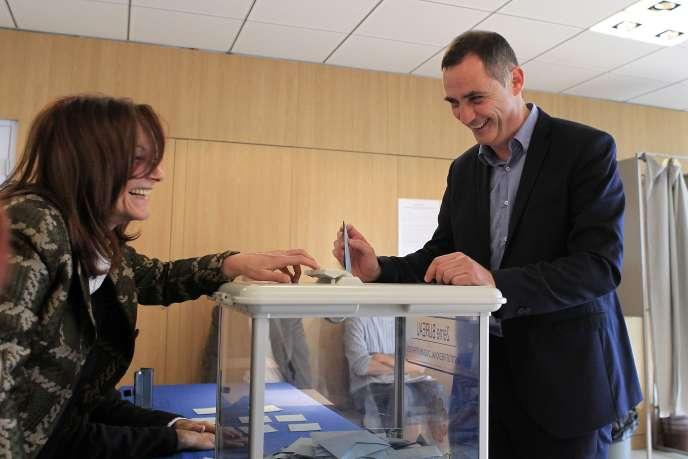 Gilles Simeoni vote à Bastia, le 13décembre.