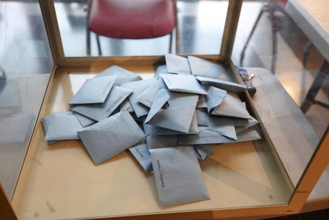 Bulletins de vote dans une urne à Evry lors des élections régionales.