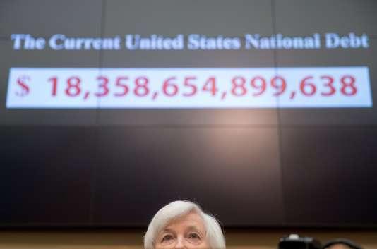 La présidente de la Réserve fédérale américaine, Janet Yellen, devant un écran affichant en temps réel le montant de la dette du pays, à Washington, le 4 novembre 2015.
