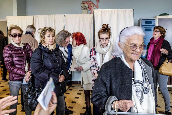 Le bureau de vote du Col de Villefranche, à Nice, dimanche 13 décembre, lors du second tour des régionales. La participation y a augmenté de 35%.