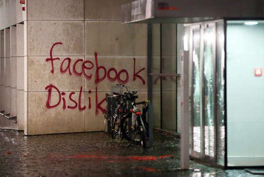 Le siège allemand de Facebook a été vandalisé, samedi 12 décembre.