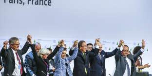 L'adoption de l'accord final dans la salle plénière de la COP21 à Paris-Le Bourget. Samedi 12 décembre 2015.