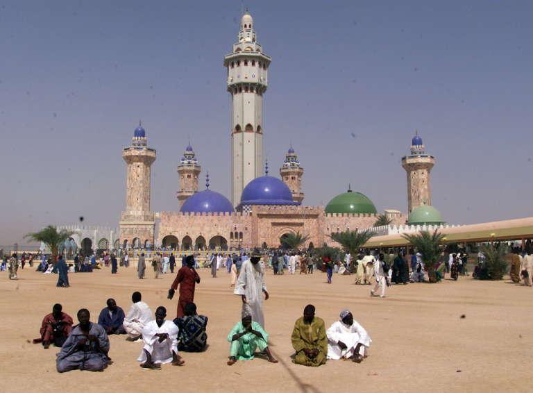 La grande mosquée de Touba, à 200 km à l'est de Dakar. La ville, considérée comme un lieu saint, reçoit le pèlerinage annuel de la fête du Magal, qui célèbre l'anniversaire du départ en exil forcé de cheikh Ahmadou Bamba, fondateur de la confrérie mouride.