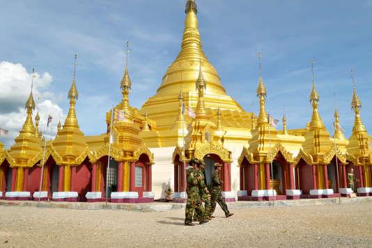 Une milice armée garde le monastère de Koyin Lay et la pagode que le moine a fait ériger à l'image de la fameuse Shwedagon à Rangoun.