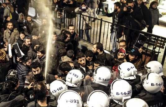 Lundi, deux jeunes manifestants kurdes sont morts par balle lors d'affrontements avec la police alors qu'ils dénonçaient le couvre-feu en place depuis le 2 décembre dans le district de Sur, à Diyarbakir (photo).