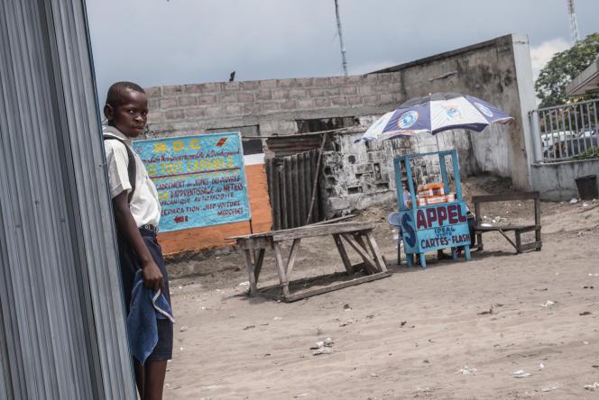 Petit commerce  de rue, à  Kinshasa, en République démocratique du Congo, en février 2015
