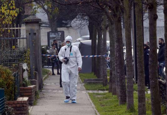 Un policier à Aubervilliers, en région parisienne, après la fausse alerte pour agression à l'arme blanche d'un enseignant le 15 décembre 2015.