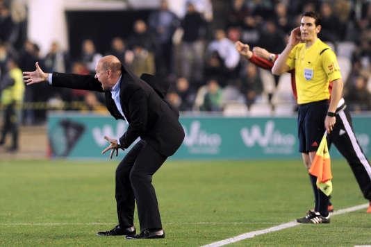 L'entraîneur du Betis Séville, Pepe Mel, peine à rester derrière sa ligne, sur la pelouse du stade Benito-Villamarin.
