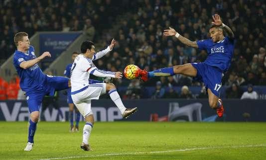 Leicester, suprenant leader de Premier League s'est imposé 2-1 face à Chelsea.