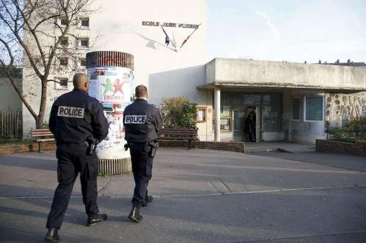 Le 14 décembre 2015., un enseignant avait déclaré avoir été agressé par un individu se réclamant de l'organisation Etat islamique, à Aubervilliers