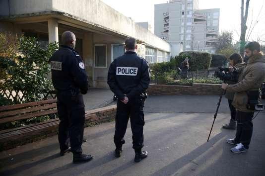 Le 14 décembre 2015, un enseignant avait affirméavoir été attaqué dans son école, à Aubervilliers, par un homme se réclamant de l'EI. Il était ensuite revenu sur ses déclarations.