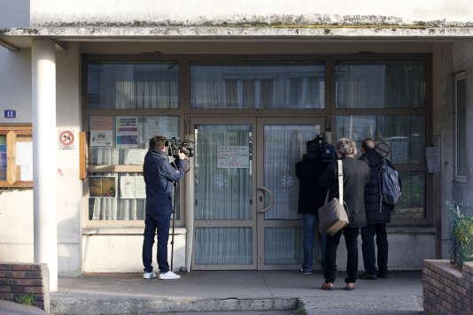 Des journaliste postés devant l'établissement scolaire où une prétendue agression au cutter a été relayée lundi 14 décembre par l'un des enseignants.