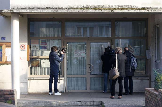 Des journalistes devant l'école d'Aubervilliers où un professeur a inventé une agression prétendument terroriste le 14 décembre 2015.