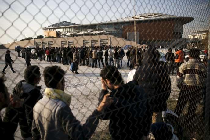 Des migrants, dans le centre Taekwondo d'Athènes, le 14 décembre.