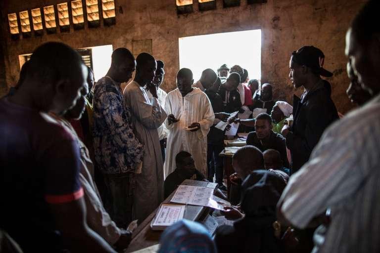 Des électeurs font la queue dans un bureau de vote au PK5 à Bangui, le 14 décembre.