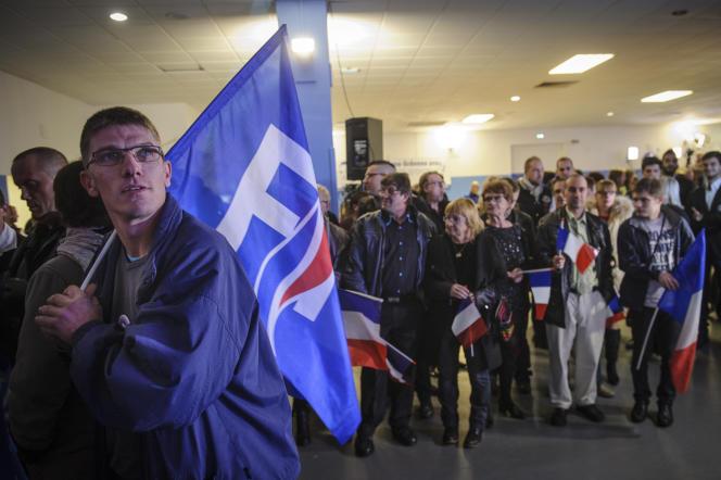 Des sympathisants FN réagissent lors des resultats du second tour des élections régionales, dans la salle Saint-Denis de la Réunion à Metz (Moselle) le 13 décembre 2015.