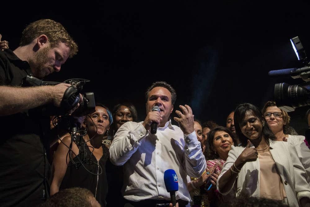 Didier Robert (LR) célèbre sa réélection avec plus de 52,29% de votes  face à la candidate socialiste Huguette Bello.