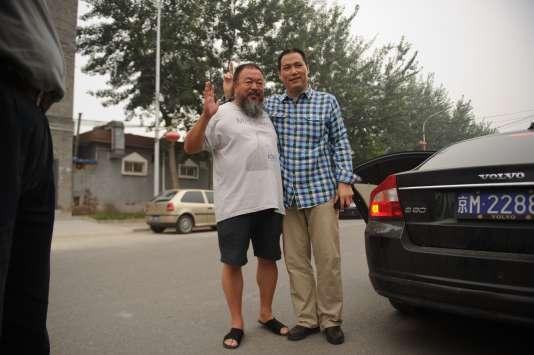 Pu Zhiqiang aux côtés de l'artiste dissident Ai Weiwei, le 20 juillet 2012 à Pékin.