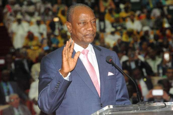Alpha Condé prête serment lors de son investiture pour un second mandat en tant que président de la République de Guinée, le 14décembre.