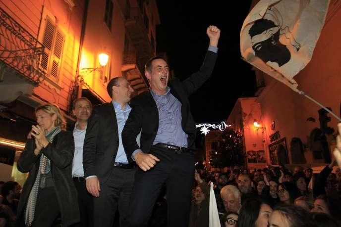 Gilles Simeoni et Jean-Guy Talamoni, célèbrent la victoire des nationalistes aux élections en Corse, dimanche 13 décembre 2015.