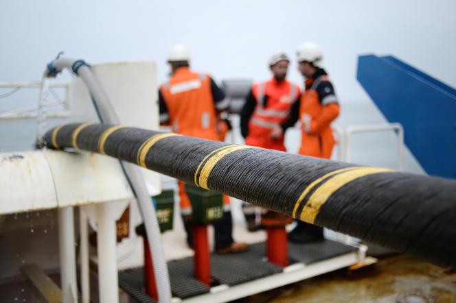 Lors de l'installation d'un cable électrique et de fibre optique entre Quiberon et Belle-Ile-en-Mer (Morbihan), en 2015.
