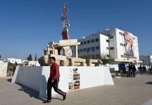 Une sculpture symbolisant la pauvreté et représentant une charrette sur la place Mohamed-Bouazizi à Sidi Bouzid, le 14 décembre 2015.