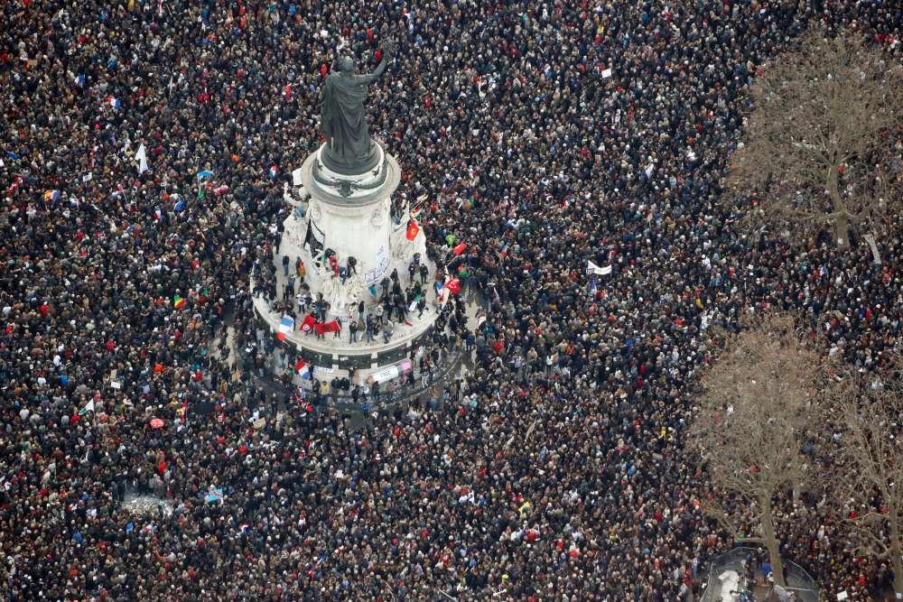 """11 janvier. Les 7, 8 et 9 janvier, la France plonge dans l'horreur terroriste. Dix-sept personnes sont tuées par les frères Kouachi et Amedy Coulibaly : des membres de la rédaction de """"Charlie Hebdo"""", des policiers et des clients d'un magasin cacher de la porte de Vincennes. Le 11 janvier, plusieurs millions de personnes descendent dans les rues de leurs villes lors d'une grande """"marche républicaine""""."""