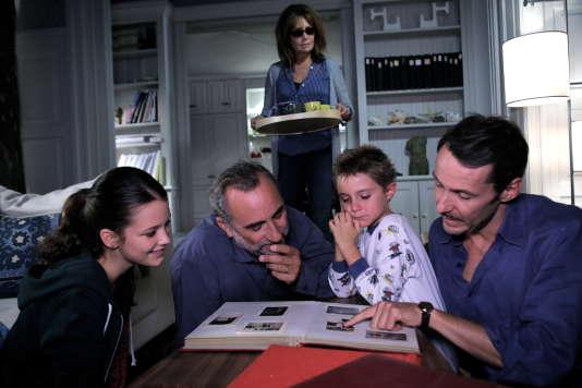 François (Antoine Duléry) retrouve la vue et regarde un album de photos.
