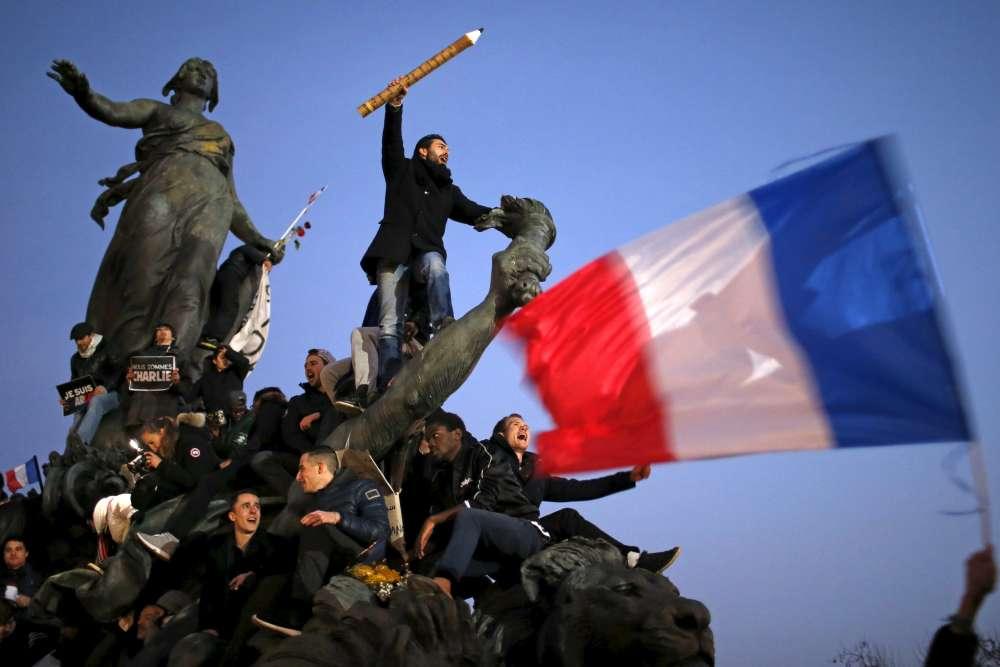 """11 janvier. A Paris, plus d'un million de personnes ont défilé entre les places de la République et de la Nation, sous les slogans """"Je suis Charlie, je suis juif, je suis flic, je suis musulman""""."""