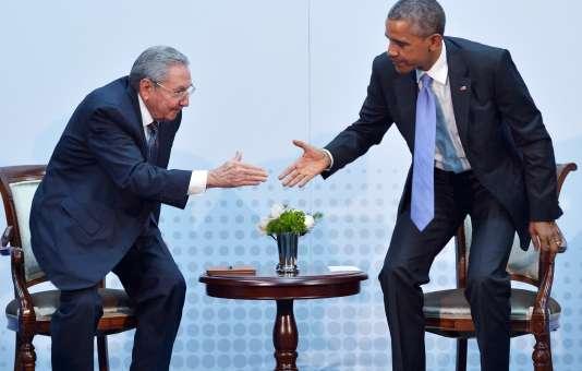 Le président cubain Raul Castro et le président américain Barack Obama se serrent la main au sommet des Amériques, en avril 2015.
