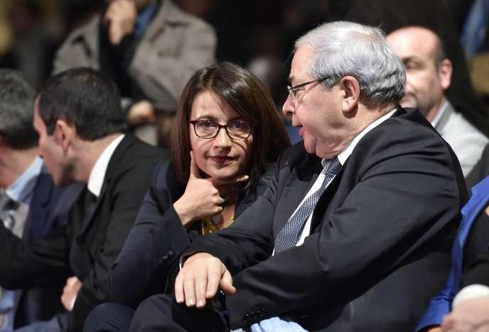 Cécile Duflot discute avec Jean-Paul Huchon lors d'un meeting pour la campagne des élections régionales le 9 décembre 2015 à Créteil. I