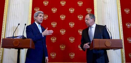 Le secrétaire d'Etat américain John Kerry et le ministre des affaires étrangères russe Sergueï Lavrov au Kremlin, le 15 décembre 2015.