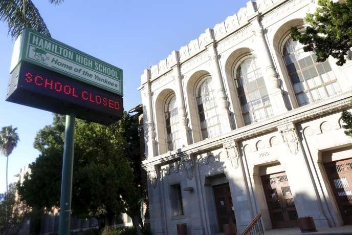 Un panneau signale que la Hamilton High School est fermée à Los Angeles, en Californie, le 15 décembre.