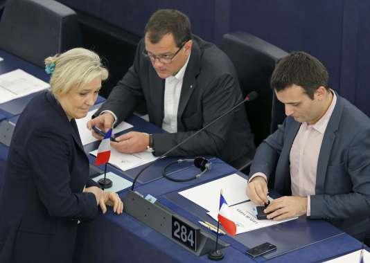 Marine Le Pen, Louis Aliot et Florian Philippot au Parlement européen de Strasbourg le 15 décembre.