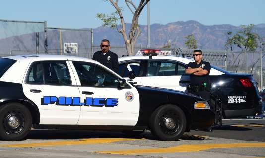 Des officiers de policiers à proximité d'une école fermée à Los Angeles, le 15 décembre.