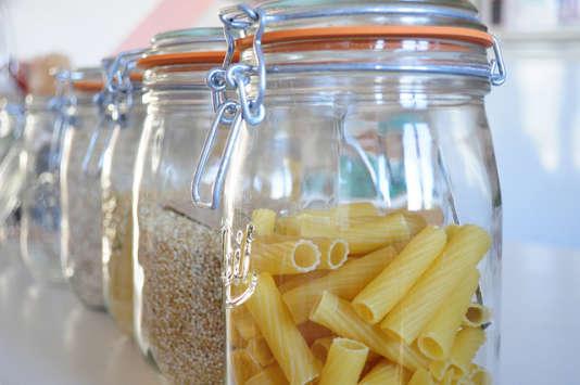 Le bocal reprend aussi sa place dans les meubles de cuisine, prêt à recevoir quinoa et riz complet.