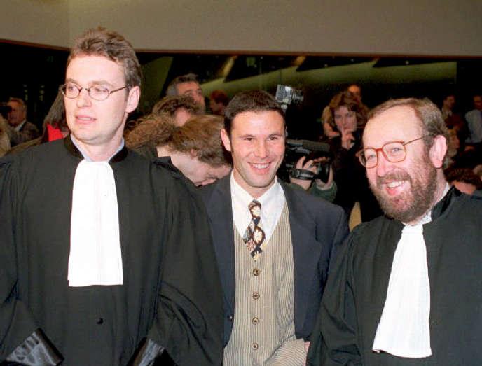 Jean-Marc Bosman, entouré de ses avocats  Luc Misson (droite) et Jean-Louis Dupont (à gauche), le 15 décembre 1995.