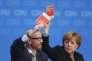 Le secrétaire général de la CDU Peter Tauber et Angela Merkel lors d'un vote au congrès de la CDU à Karlsruhe le 14 décembre 2015.