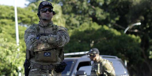 Des policiers fédéraux devant la résidence d'Eduardo Cunha à Brasilia, le 15 décembre.