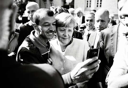 Angela Merkel fait un selfie avec un réfugié reconnaissant, lors d'une visite dans un camp de demandeurs d'asile à Berlin, le 10 septembre 2015.