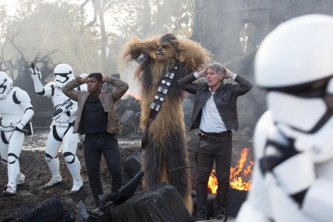 De gauche à droite : Finn (John Boyega), Chewbacca (Peter Mayhew) et Han Solo (Harrison Ford) dans le nouveau