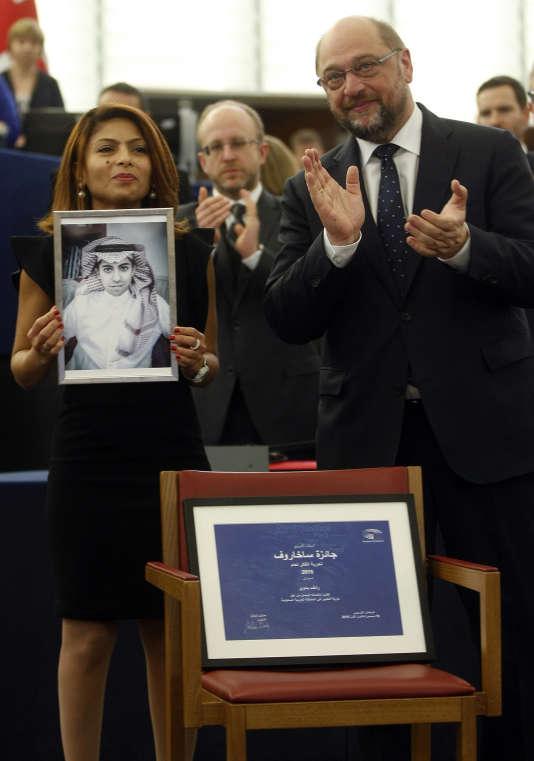 Raef Badaoui « n'a fait qu'user de son droit à la liberté d'expression. Il a comblé une lacune dans son pays concernant la liberté de la presse », a déclaré le président du Parlement, Martin Schulz lors de la remise du prix Sakharov, mercredi 16 décembre à Strasbourg. Sa femme Ensaf Haidar a reçu le prix en son nom.