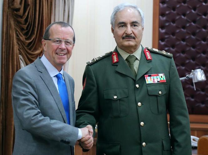 L'envoyé spécial de l'ONU en Libye Martin Kobler et le général Khalifa Haftar, commandant des forces armées loyales au gouvernement reconnu par la communauté internationale, à Al-Marj, le 16 décembre 2015.