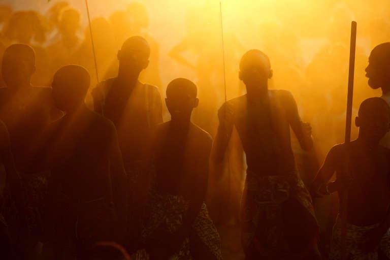 En Casamance, des jeunes dansent lors de leur initiation dans le bois sacré.