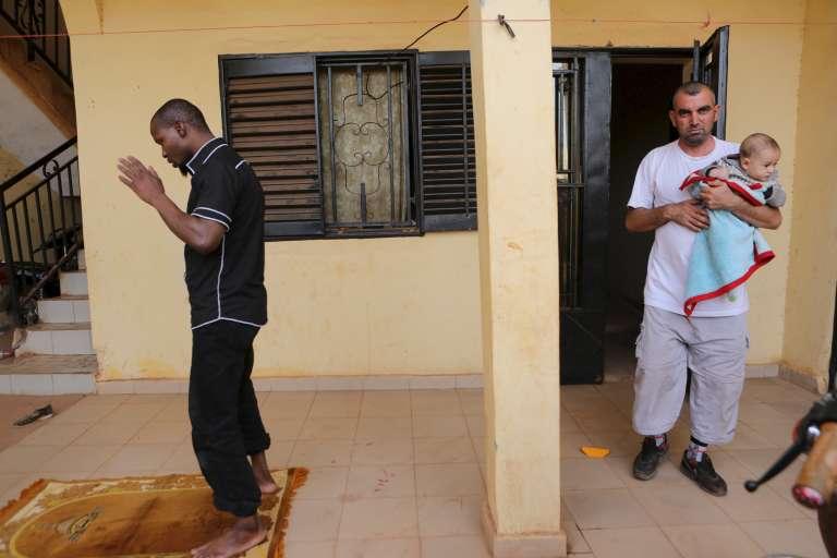 A Bamako, le 15 décembre 2015, Ali Jaafar et son fils Mohammed, réfugiés syriens, sont hébergés par des habitants de la capitale malienne.