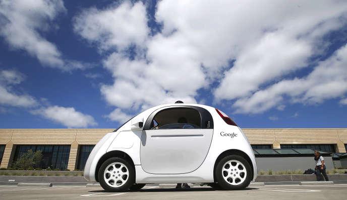 Comment cette mutation peut-elle contribuer à une ville plus durable et adaptée aux besoins de ses habitants? Quels aménagements faut-il prévoir? Comment garantir la confiance et la sécurité des utilisateurs? Quels risques sont-ils prêts à accepter ?Un prototype de la voiture autonome testée par Google en Californie.