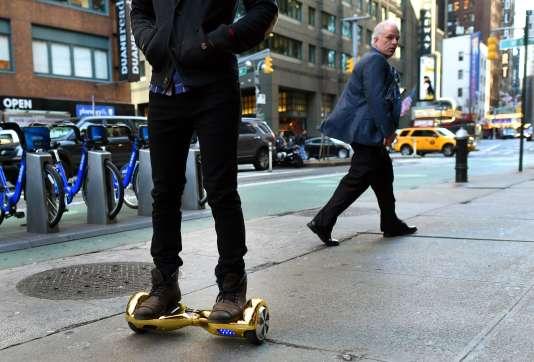Un utilisateur de hoverboard à New York, le 15 décembre.