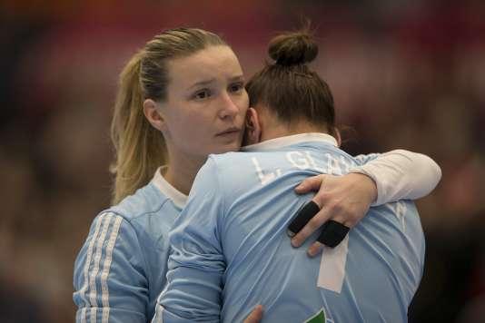 Laura Glauser et Amandine Leynaud après leur défaite face aux Pays-Bas lors du championnat du monde de handball, le 16 décembre.